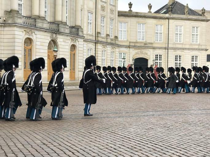 TƯỜNG THUẬT TỪ COPENHAGEN: Lễ tang phu quân nữ hoàng Đan Mạch - Ảnh 5.