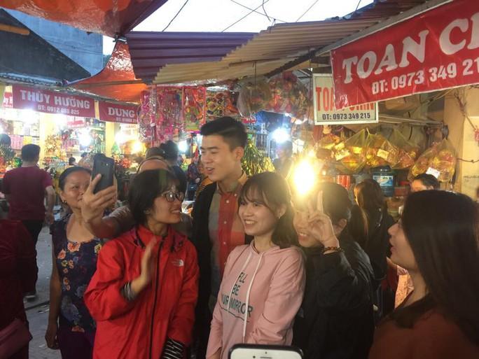 Đội phó U23 Duy Mạnh được người hâm mộ vây quanh khi đến đền Bà Chúa Kho - Ảnh 2.