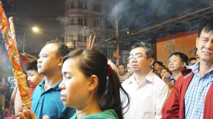 Sau giao thừa, là quá tải chùa ở TP HCM - Ảnh 2.