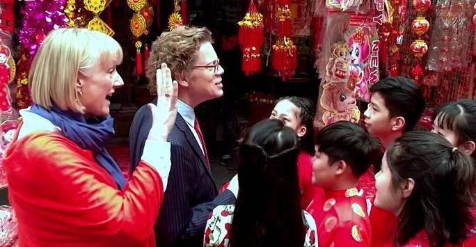 Cùng nghe Đại sứ Thụy Điển hát Happy New Year bằng tiếng Việt - Ảnh 2.