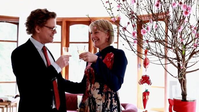 Cùng nghe Đại sứ Thụy Điển hát Happy New Year bằng tiếng Việt - Ảnh 4.