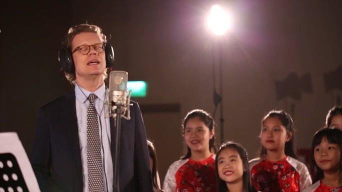 Cùng nghe Đại sứ Thụy Điển hát Happy New Year bằng tiếng Việt - Ảnh 3.