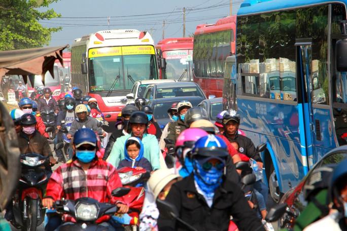 Ô tô đổ về miền Tây, Tiền Giang ùn tắc nhiều nơi - Ảnh 3.