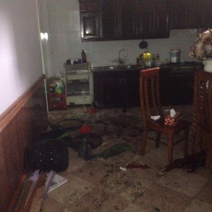 Nghi án lái ô tô tông sập cổng, nổ mìn tại nhà nữ giáo viên - Ảnh 2.