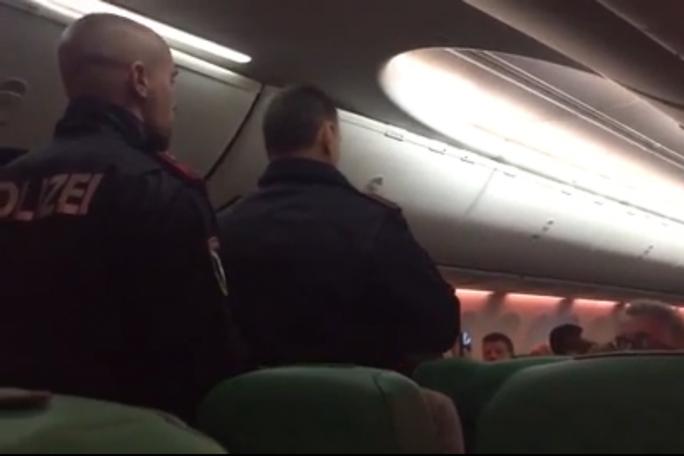 """Máy bay hạ cánh khẩn vì hành khách """"xì hơi"""" bất chấp, ẩu đả - Ảnh 1."""