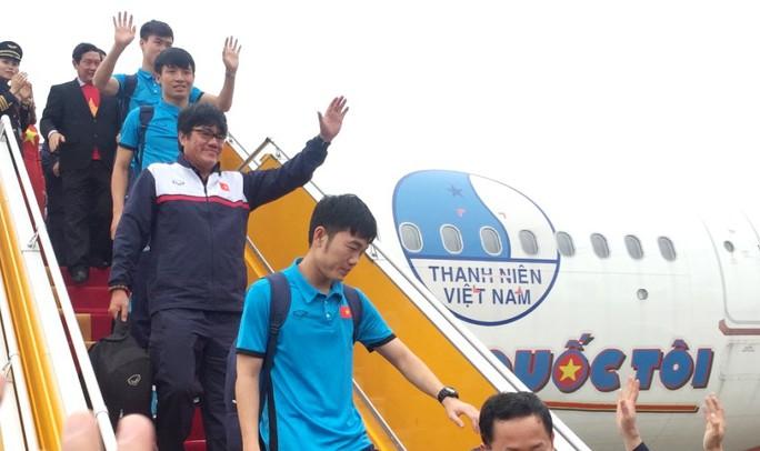 """""""Diễn bikini"""" trên máy bay chở U23 Việt Nam: Xem xét trách nhiệm VFF - Ảnh 1."""