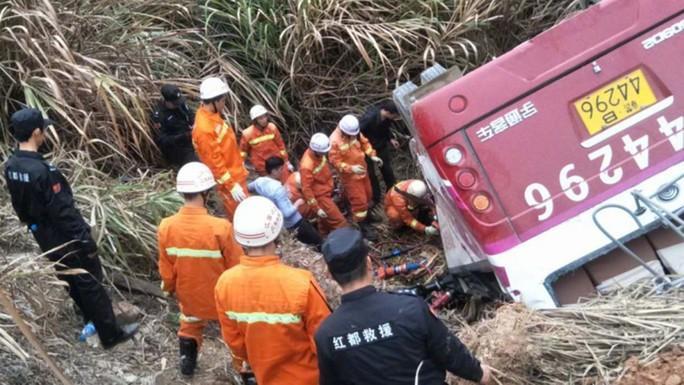 Xe buýt lao ra khỏi đường cao tốc, 44 người chết - Ảnh 4.