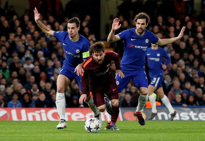 Siêu trung vệ mắc lỗi, Messi lập công giành điểm cho Barca - Ảnh 1.