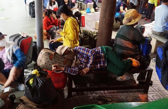 Vật vã ở Bến xe Miền Đông lúc 2 giờ sáng mùng 6 Tết - Ảnh 5.