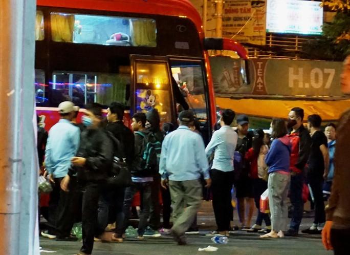 Vật vã ở Bến xe Miền Đông lúc 2 giờ sáng mùng 6 Tết - Ảnh 1.