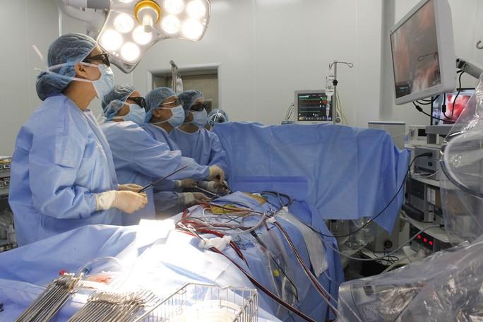 Trục xuất khối u khủng khỏi lồng ngực của nam sinh viên - Ảnh 1.