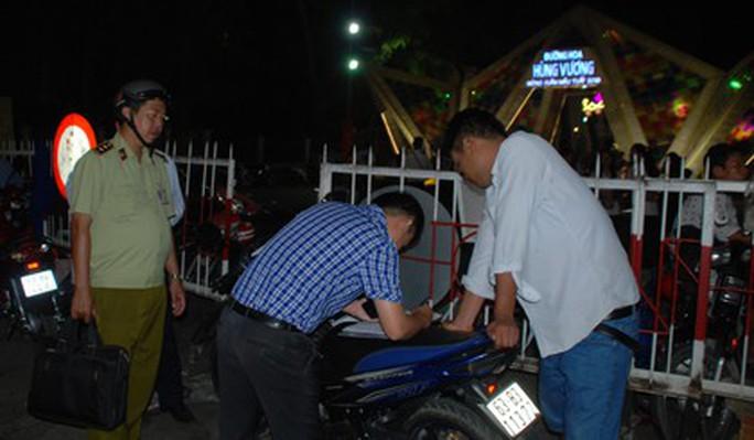 Giả thường dân, Chủ tịch UBND TP Mỹ Tho kiểm tra bãi giữ xe chặt chém - Ảnh 1.