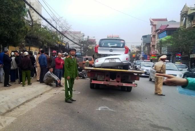 """""""Xe điên"""" tông 3 xe máy, 1 xe taxi, 6 người nhập viện - Ảnh 1."""
