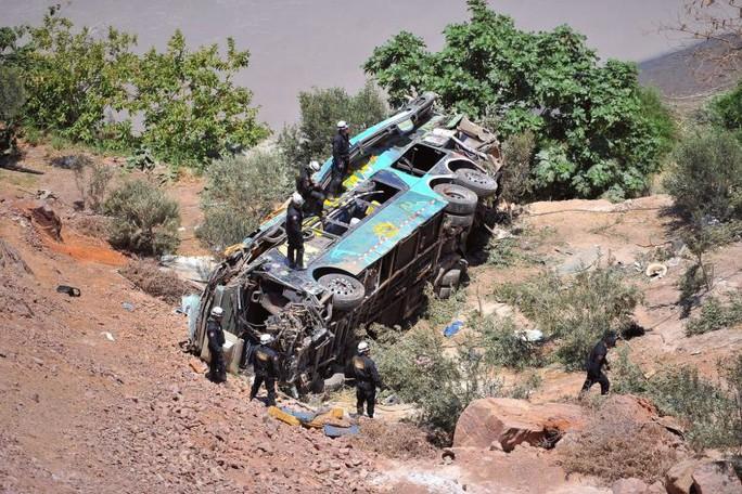 Xe buýt lao ra khỏi đường cao tốc, 44 người chết - Ảnh 2.