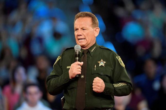 """Mỹ: Nghi phạm xả súng bên trong, cảnh sát """"tìm chỗ núp"""" - Ảnh 1."""