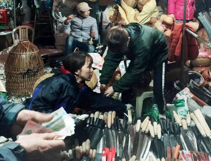 Vạn người đội mưa chôn chân trong đêm chợ Viềng mua may, bán rủi - Ảnh 4.