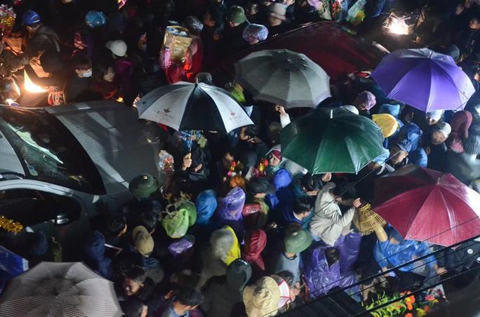 Vạn người đội mưa chôn chân trong đêm chợ Viềng mua may, bán rủi - Ảnh 2.