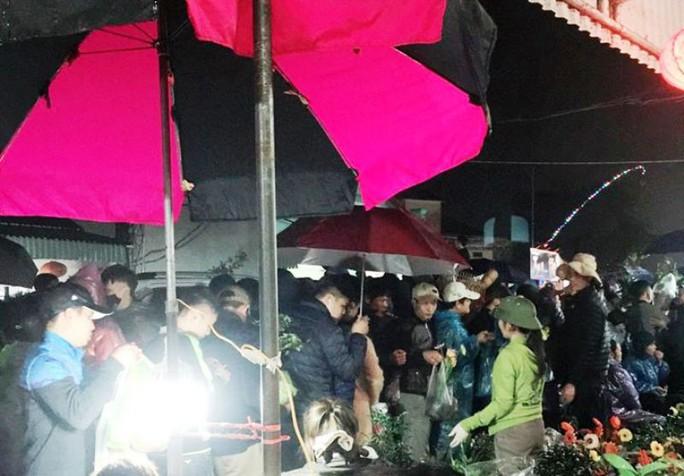Vạn người đội mưa chôn chân trong đêm chợ Viềng mua may, bán rủi - Ảnh 7.