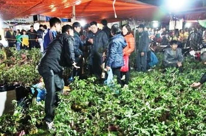 Vạn người đội mưa chôn chân trong đêm chợ Viềng mua may, bán rủi - Ảnh 8.