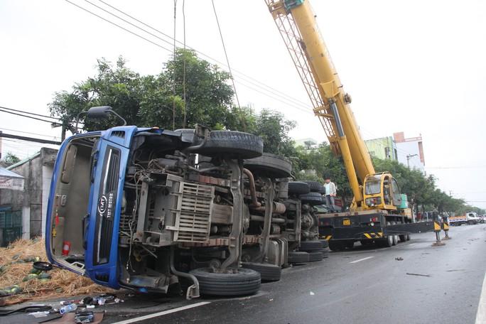 Tài xế ngủ gật, xe tải chở dưa lật nhào ra đường - Ảnh 1.