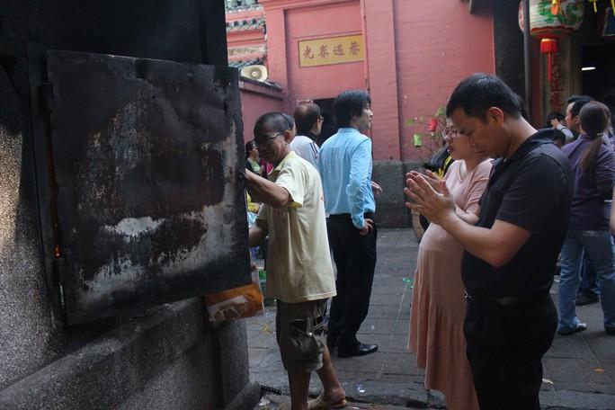 Nghẹt thở đi cúng vía Thần Tài ở ngôi chùa ông Obama từng ghé thăm - Ảnh 4.