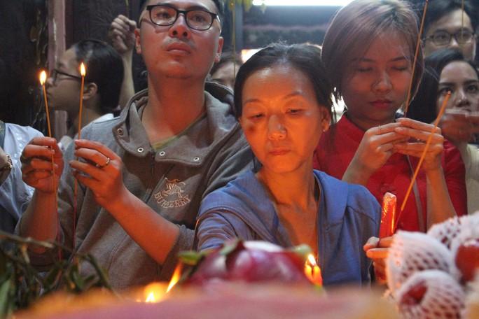 Nghẹt thở đi cúng vía Thần Tài ở ngôi chùa ông Obama từng ghé thăm - Ảnh 12.