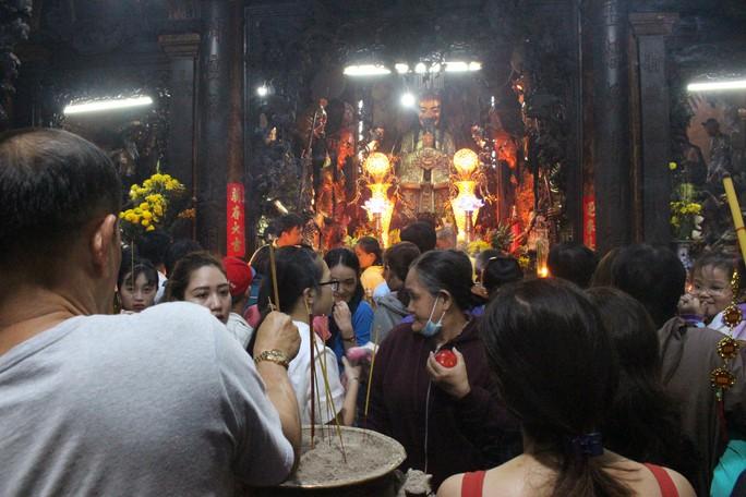 Nghẹt thở đi cúng vía Thần Tài ở ngôi chùa ông Obama từng ghé thăm - Ảnh 11.
