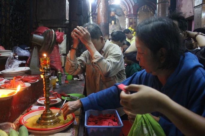 Nghẹt thở đi cúng vía Thần Tài ở ngôi chùa ông Obama từng ghé thăm - Ảnh 13.