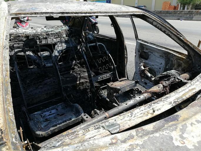 Xe Camry bốc cháy trơ khung trên Quốc lộ 51 - Ảnh 2.