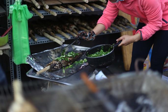 Dân TP HCM hào hứng mua cá lóc nướng vía thần tài - Ảnh 6.