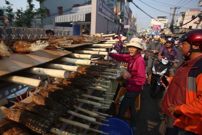 Dân TP HCM hào hứng mua cá lóc nướng vía thần tài - Ảnh 4.