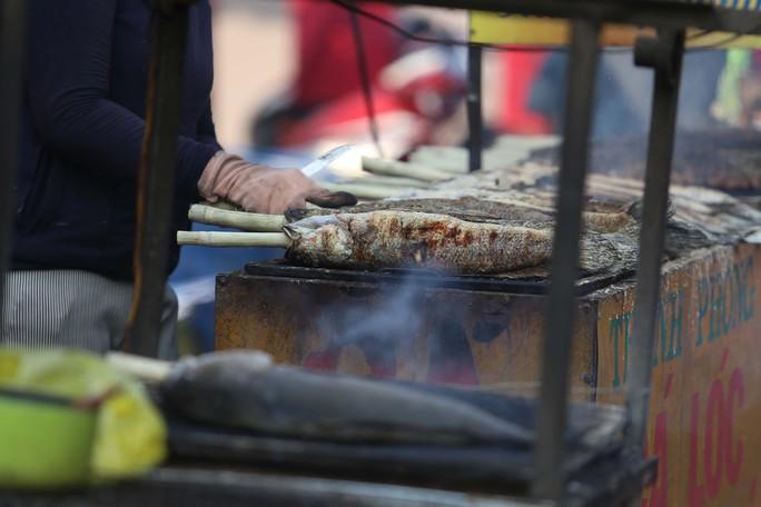 Dân TP HCM hào hứng mua cá lóc nướng vía thần tài - Ảnh 12.