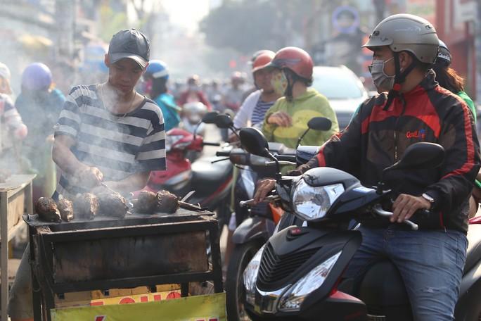 Dân TP HCM hào hứng mua cá lóc nướng vía thần tài - Ảnh 8.