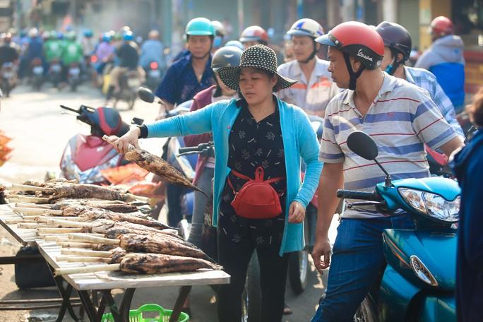 Dân TP HCM hào hứng mua cá lóc nướng vía thần tài - Ảnh 3.