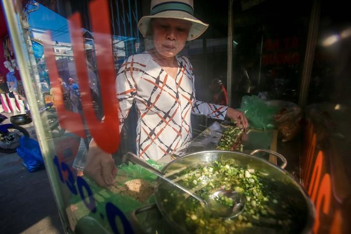Dân TP HCM hào hứng mua cá lóc nướng vía thần tài - Ảnh 10.