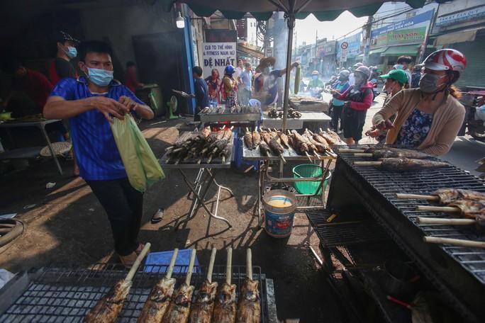 Dân TP HCM hào hứng mua cá lóc nướng vía thần tài - Ảnh 1.