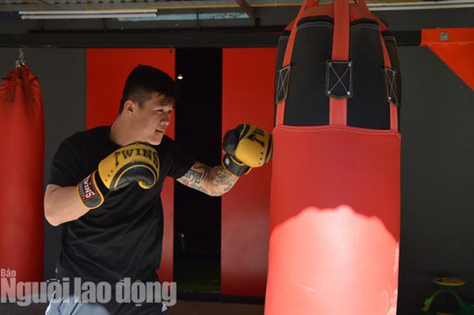 Nam vương boxing Việt sẵn sàng đấu võ sư Flores - Ảnh 1.