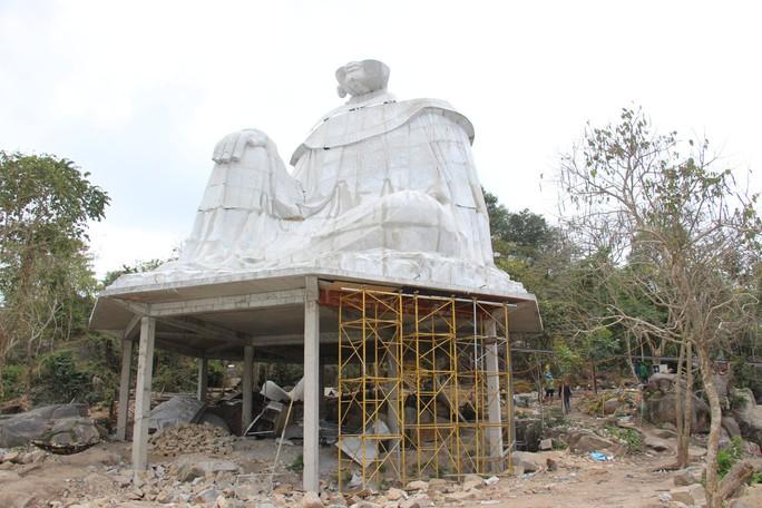 Lén lút xây tượng Bà Chúa Xứ Núi Sam thứ 2 trong đêm - Ảnh 1.