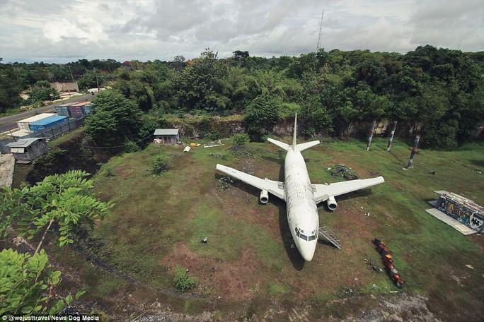 Chiếc máy bay bí ẩn hiện hình trên đảo Bali - Ảnh 1.
