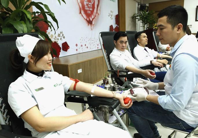 300 nhân viên y tế, bác sĩ xếp hàng hiến máu cứu người bệnh - Ảnh 1.