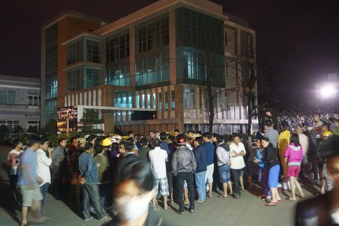 Dân bức xúc bao vây nhà máy thép gây ô nhiễm - Ảnh 2.