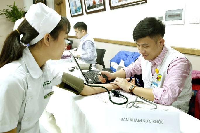 300 nhân viên y tế, bác sĩ xếp hàng hiến máu cứu người bệnh - Ảnh 2.