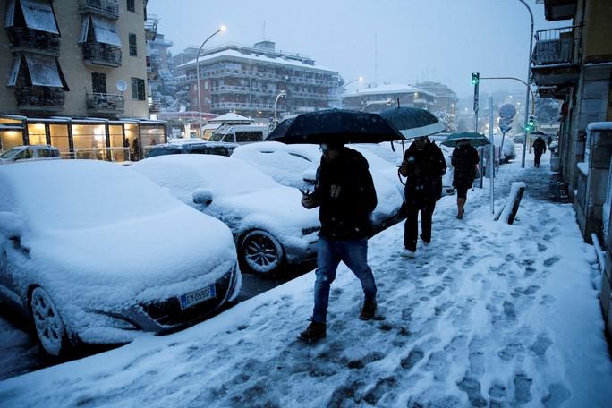 Bắc Cực ấm lên, châu Âu lãnh đủ - Ảnh 1.