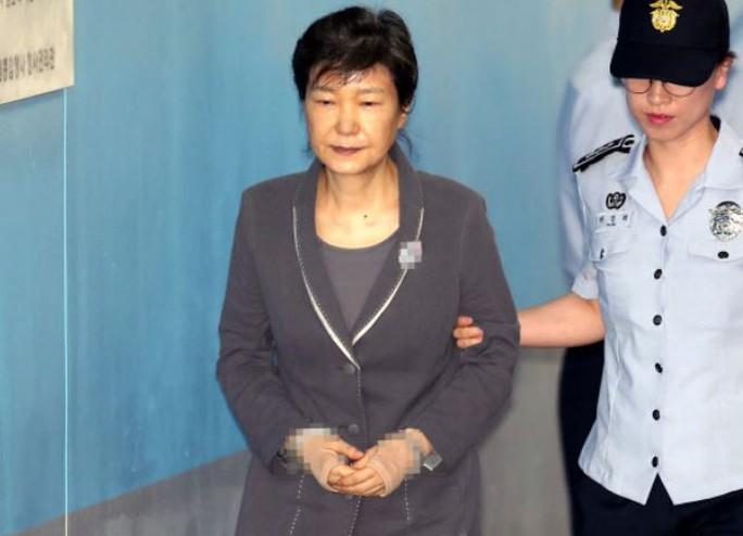 Cựu Tổng thống Park Geun-hye đối mặt án tù 30 năm - Ảnh 1.