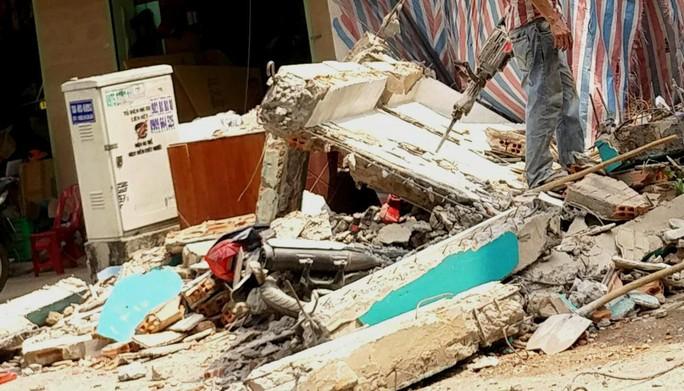 Bức tường đổ sập, hàng chục người chạy thục mạng - Ảnh 2.