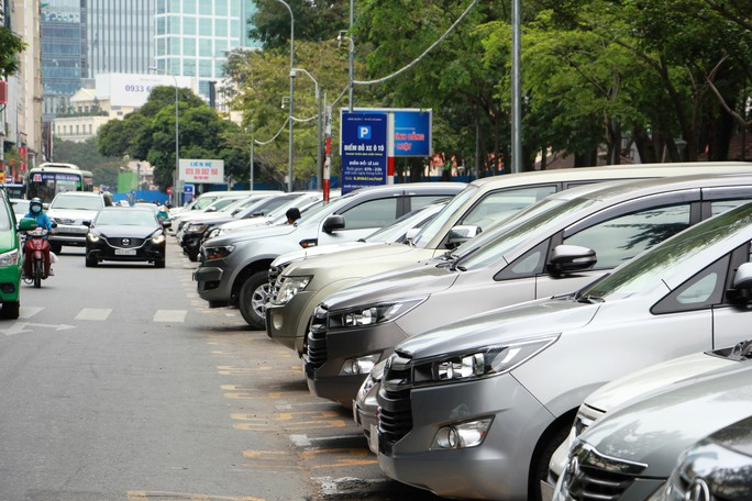 Nhiều ý kiến phản biện đề án tăng phí đậu ô tô dưới lòng đường - Ảnh 1.