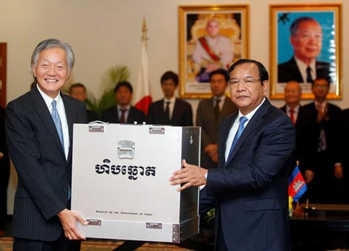 Mặt trận viện trợ trái chiều ở Campuchia - Ảnh 1.