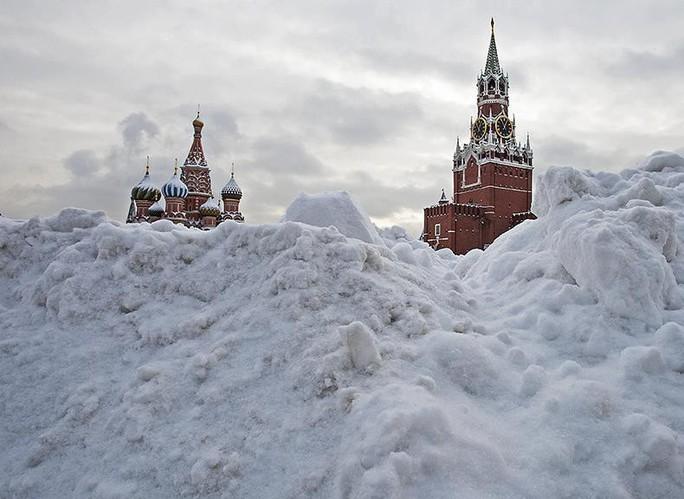 Moscow hứng chịu lượng tuyết rơi trăm năm mới có một lần - Ảnh 1.