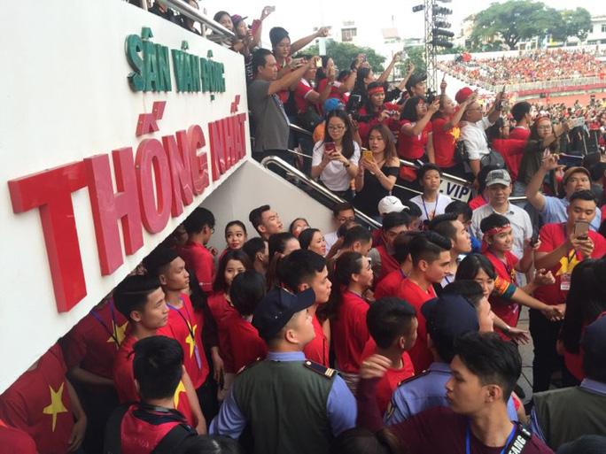 U23 Việt Nam trong vòng tay người hâm mộ TP HCM - Ảnh 11.