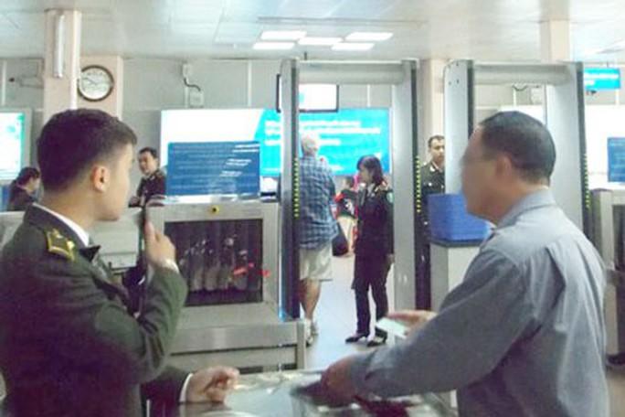 Nghi can cướp tài sản bị bắt khi dùng giấy tờ giả đi máy bay - Ảnh 1.